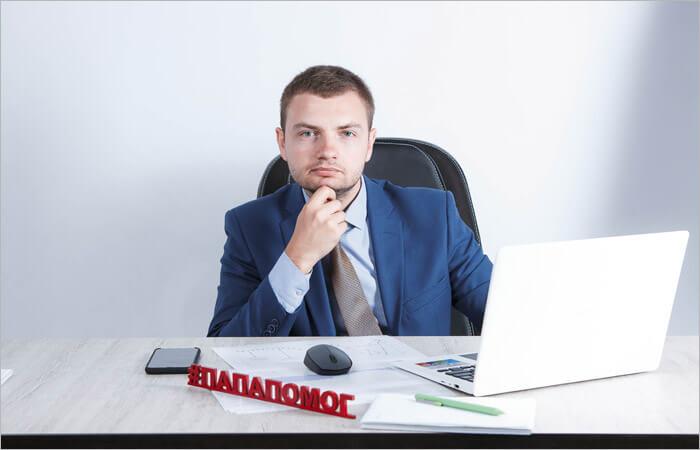 Предприниматель за столом