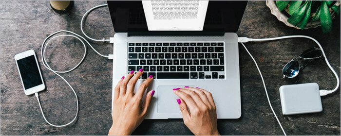 Девушка работает с текстом за ноутбуком