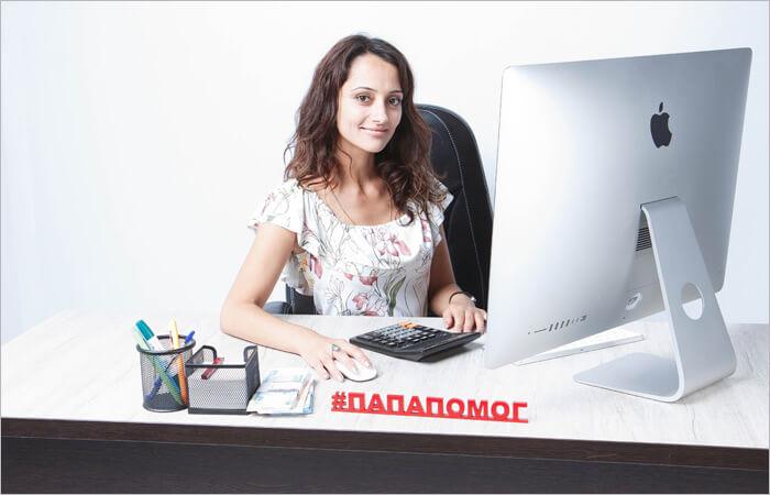 Девушка решает чем заняться за компьютером